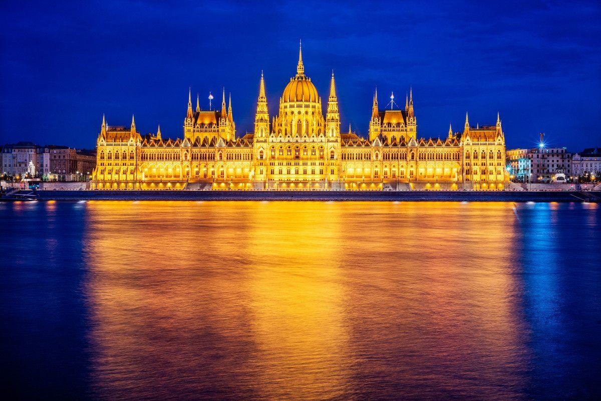 Parlament w Budapeszcie, chociaż cały w złocie, to jednak sfotografowany w czasie niebieskiej godziny.