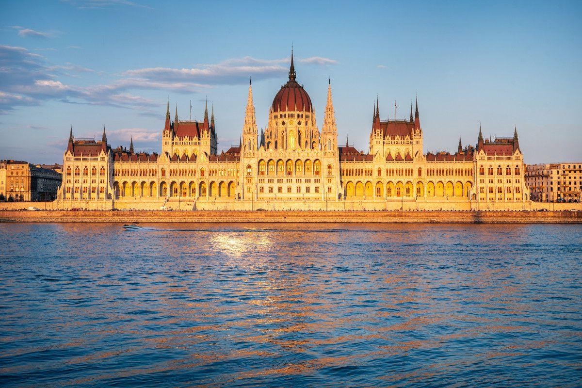 Parlament w Budapeszcie w czasie złotej godziny. Oba zdjęcia dzieli 1,5 h.