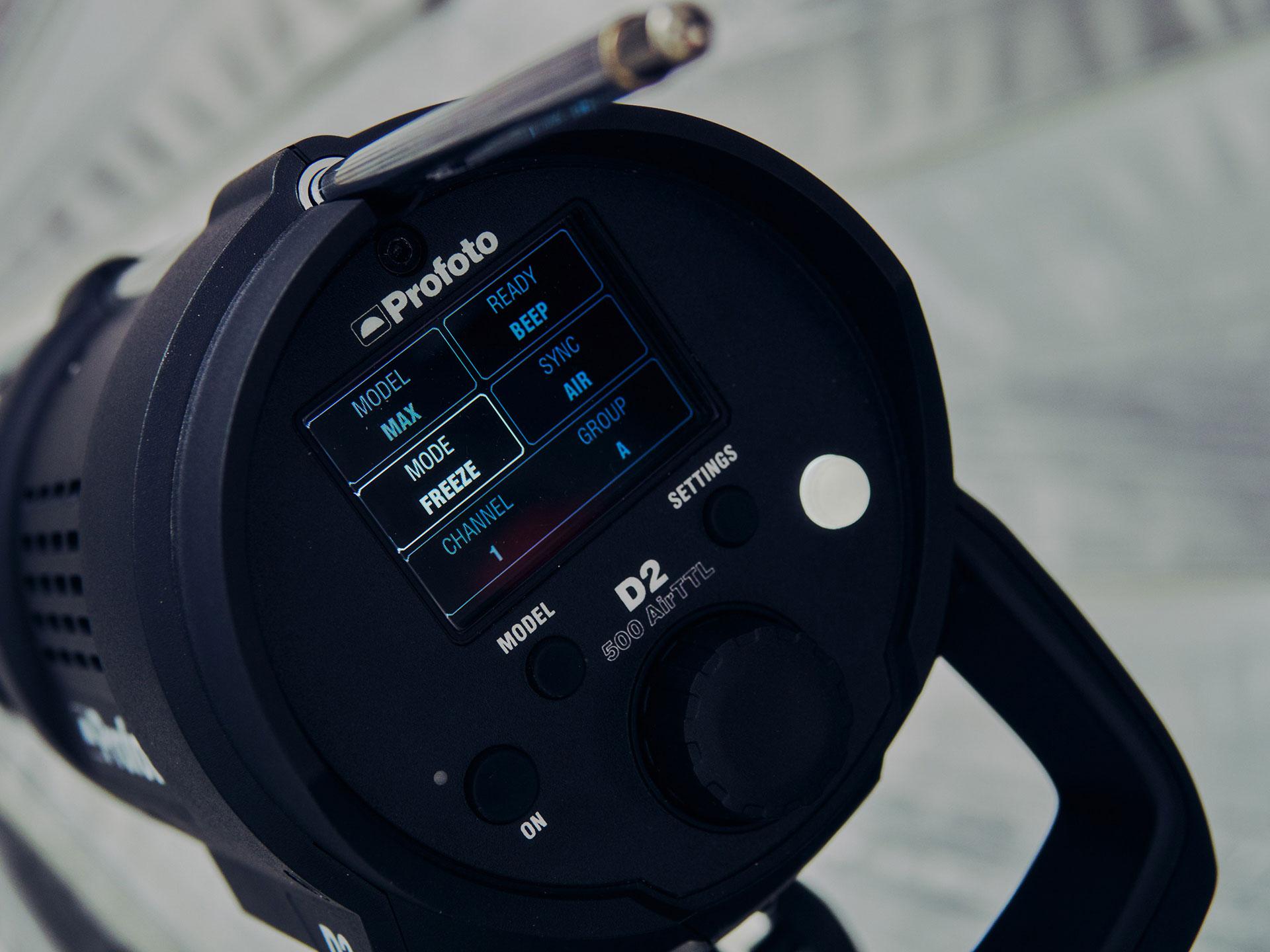 Czas błysku w Profoto D2 wynosi 1/3500 s. w normalnym trybie i 1/7400 s. w trybie freeze.
