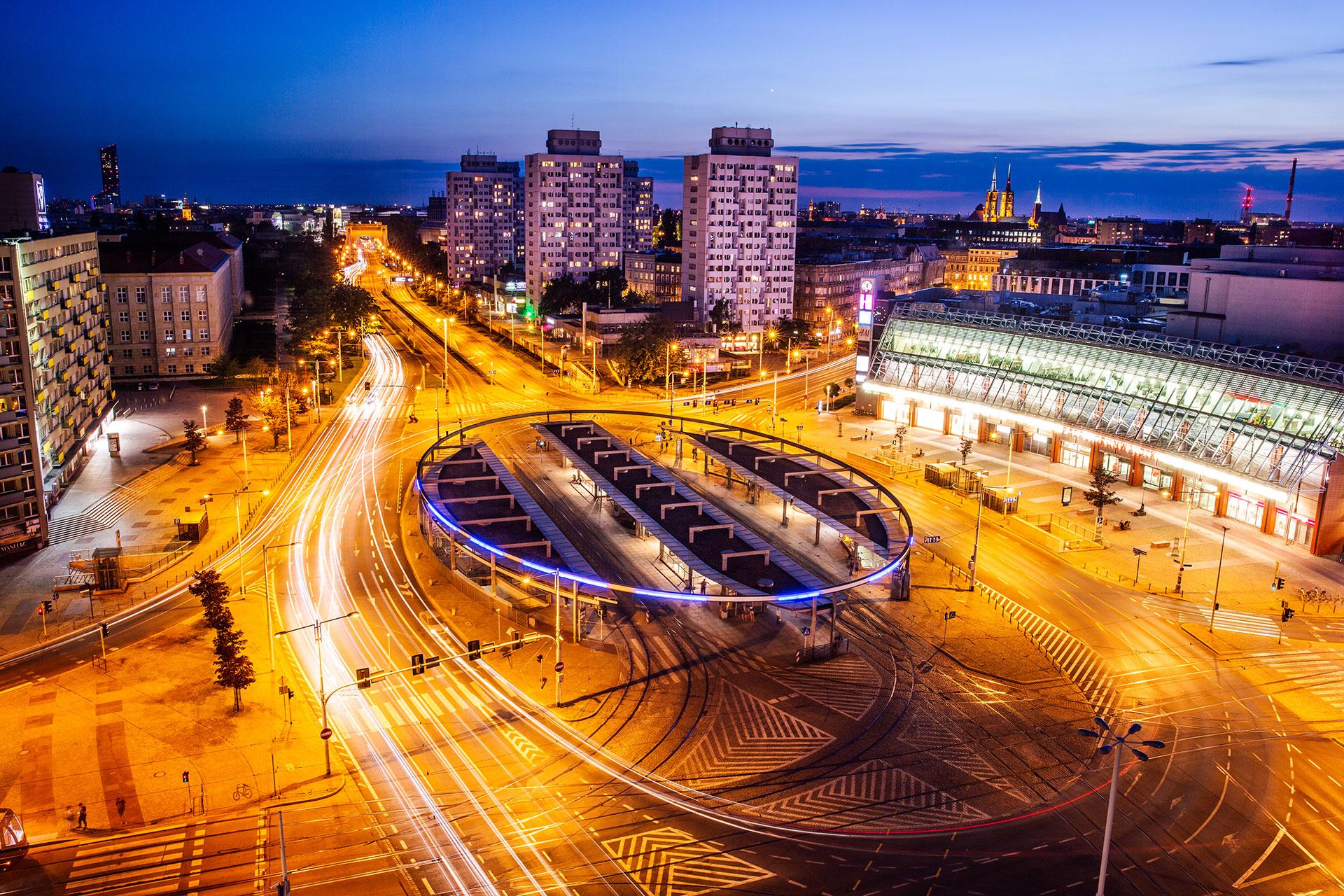 Niebieska godzina. Na zdjęciach wykonanych w czasie błękitnej godziny można uzyskać wspaniałe błękitne niebo, które w piękny sposób kontrastuje ze światłami miasta.