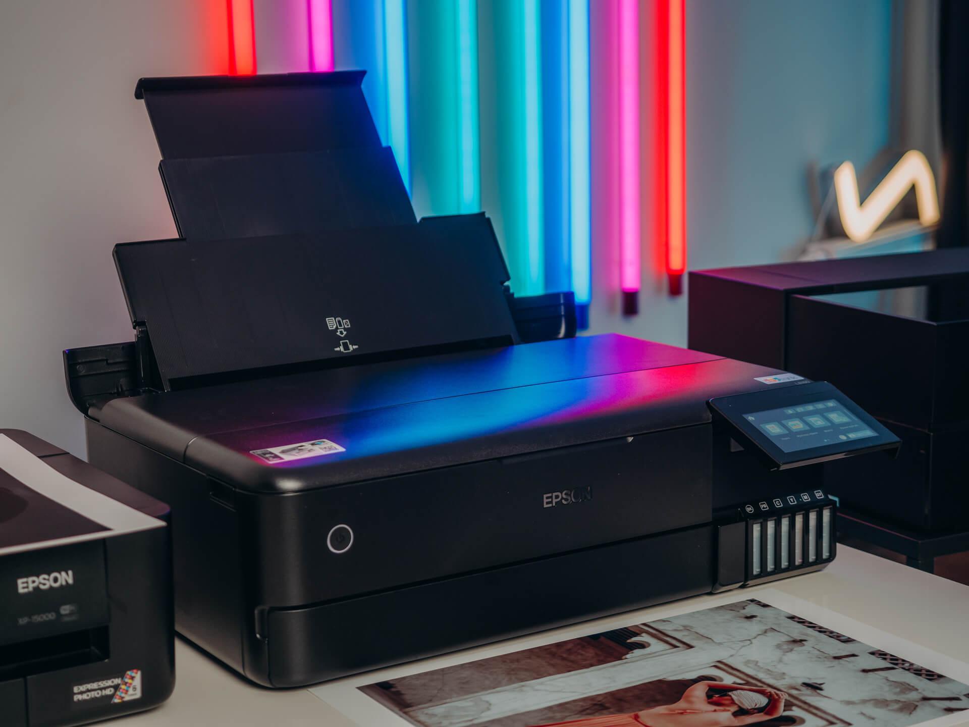 Epson EcoTank L8180 to bardzo nowoczesna drukarka naszpikowana technologiami. Wyróżnia ją minimalistyczny design zwieńczony duży, kolorowym, dotykowym ekranem.