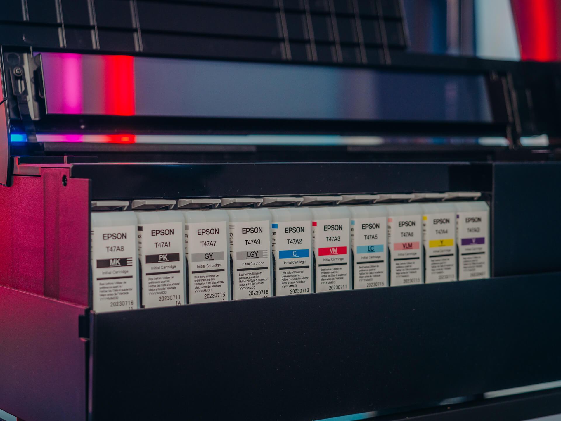 Drukarka do zdjęć Epson SC-P900 bazuje na aż 10 kolorach, z czego jednocześnie używa dziewięciu. Mamy tu do czynienia z czarnym matowym i błyszczącym, jak również zestawem jaśniejszych kolorów podstawowych, a także kolorem fioletowym, który poszerza gamut.