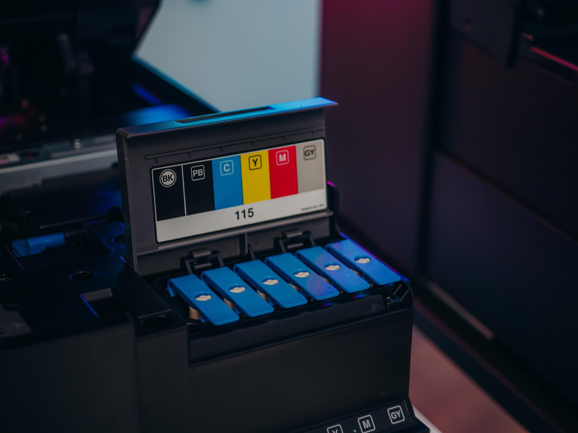 Epson EcoTank L8180 bazuje na 6 kolorach, z czego jednocześnie drukuje z 5 atramentów - szósty to czarny pigment do druku dokumentów.